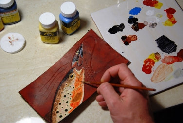Painting on the outlined leather -